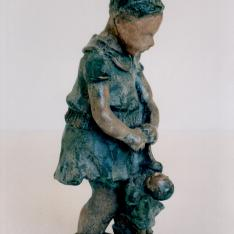 """Valentina  con bambola – bronzo policromo, 2003 (immagine di copertina del saggio di Vittoria Maioli """"Come figlio come padre"""")"""